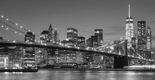 De zwart-witte waterkant van Manhattan bij nacht, NYC stock fotografie