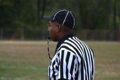 De zwarte arbitreert een spel bij een middelbare schoolvoetbal royalty-vrije stock fotografie
