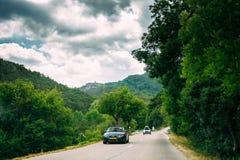 De zwarte auto van kleurenaudi op achtergrond van het Franse landschap van de bergaard Royalty-vrije Stock Foto's