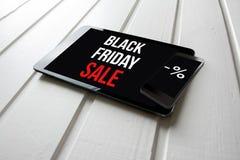 De zwarte bevordering van de vrijdagverkoop op het scherm van de computertablet, op wit Stock Afbeeldingen