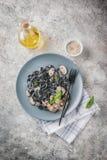De zwarte deegwaren van de inktvisseninkt met champignons Royalty-vrije Stock Afbeeldingen