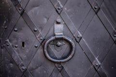 De zwarte deur van het metaalkasteel royalty-vrije stock afbeeldingen