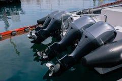 De zwarte die motoren van de bootmotor op het jacht worden geïnstalleerd royalty-vrije stock fotografie
