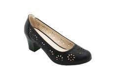 De zwarte die schoen van leervrouwen ` s op wit met het knippen van weg wordt geïsoleerd Stock Afbeeldingen