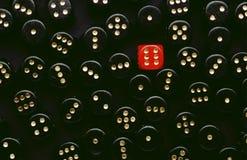 De zwarte dobbelt en één rood Stock Foto's