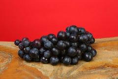 De zwarte druif van de cluster Stock Afbeeldingen