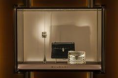 De zwarte en gouden zakken van het de vrouwenleer van Bulgari kleine in het venster Royalty-vrije Stock Afbeeldingen