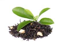 De zwarte en groene die thee van Ceylon met appel en bergamot, op witte achtergrond wordt geïsoleerd royalty-vrije stock fotografie