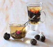 de zwarte en groene thee is in glazen Royalty-vrije Stock Afbeelding