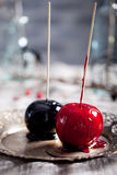De zwarte en rode gekarameliseerde appelen van Halloween Royalty-vrije Stock Foto