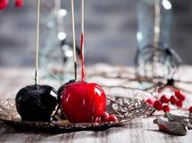 De zwarte en rode gekarameliseerde appelen van Halloween Stock Foto's