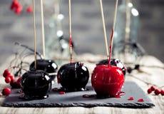 De zwarte en rode gekarameliseerde appelen van Halloween Stock Fotografie