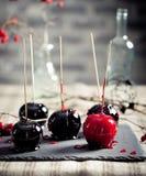 De zwarte en rode gekarameliseerde appelen van Halloween Royalty-vrije Stock Fotografie