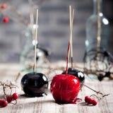 De zwarte en rode gekarameliseerde appelen van Halloween Stock Afbeeldingen