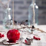De zwarte en rode gekarameliseerde appelen van Halloween Royalty-vrije Stock Afbeeldingen