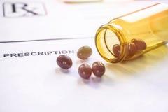 De zwarte Gemorste capsules van de Cannabisolie op het document van het artsenvoorschrift royalty-vrije stock afbeelding