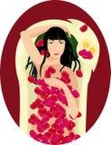 De zwarte haired vrouw neemt een bad met roze bloemblaadjes Stock Afbeeldingen