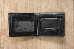 De zwarte houders van de leerkaart op houten achtergrond Hoogste mening van Leerportefeuille voor levensonderhoud uw geld stock afbeeldingen