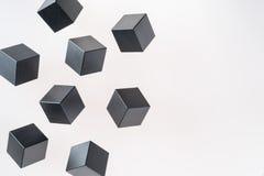 De zwarte houten kubusvormen drijven royalty-vrije stock afbeelding
