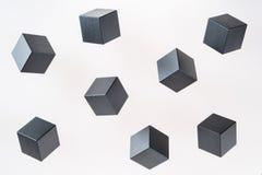 De zwarte houten kubusvormen drijven royalty-vrije stock fotografie
