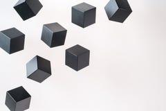 De zwarte houten kubusvormen drijven stock afbeeldingen
