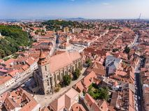 De Zwarte Kerk in Brasov, Roemenië, luchtmening royalty-vrije stock foto's