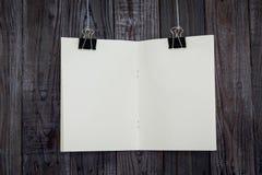 De zwarte klem en het boek hangen royalty-vrije stock foto's