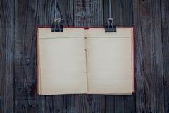 De zwarte klem en het boek hangen Royalty-vrije Stock Fotografie