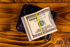 De zwarte klem van het leergeld met de honderd dollarsrekeningen op wo royalty-vrije stock afbeelding