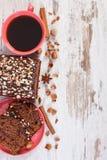 De zwarte koffie, de donkere cake met chocolade, de cacao en de pruim blokkeren, kopiëren ruimte voor tekst Royalty-vrije Stock Afbeelding