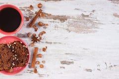 De zwarte koffie, de donkere cake met chocolade, de cacao en de pruim blokkeren, kopiëren ruimte voor tekst op rustieke raad Royalty-vrije Stock Afbeelding