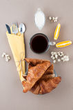 De zwarte koffie, de room, de verse croissants en de toosts worden gediend op a Royalty-vrije Stock Foto's