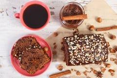De zwarte koffie, de donkere cake met chocolade, de cacao en de pruim blokkeren, heerlijk dessert Royalty-vrije Stock Afbeeldingen