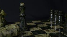 De zwarte Koningin in schaak verslaat witte rots Schaak de overwinning van koninginwinsten over het spel Detail van schaakstuk op stock foto