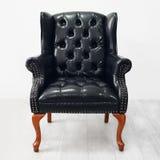 De zwarte leunstoel van het luxeleer op houten vloer Royalty-vrije Stock Afbeelding