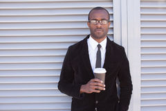 De in zwarte mens heeft koffiepauze Stock Afbeeldingen