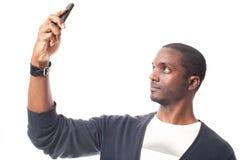 De zwarte mens met blauwe trui maakt een zelfportret Royalty-vrije Stock Foto's