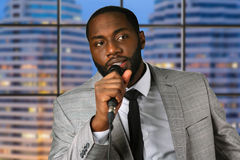 De zwarte mens spreekt in microfoon royalty-vrije stock fotografie