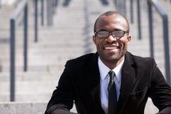 De zwarte mens van de zittingswerknemer Royalty-vrije Stock Foto