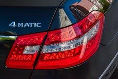 De zwarte Mercedes Benz-van het e-Klasse E350 2011 mening jaar achterachterlicht met donkergrijs binnenland in uitstekende voorwa royalty-vrije stock afbeelding