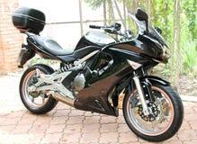 De zwarte motorfiets van de sport met grote wielen Royalty-vrije Stock Afbeelding
