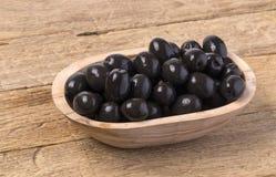 De zwarte olijven in kom Stock Foto
