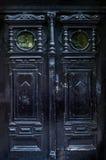 De zwarte oude deur met mooie gravure Stock Afbeeldingen