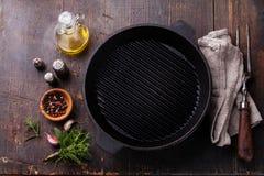 De zwarte pan van de ijzer lege grill Stock Afbeeldingen