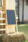 De zwarte raadstribune op stro verfraait met bloemenvaas stock afbeelding