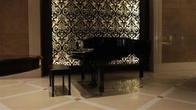 De zwarte retro piano stock videobeelden
