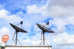 De zwarte satelliet installeert op het huisdak met blauwe hemel royalty-vrije stock foto's