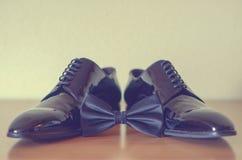 De zwarte schoenen van de mensen en bowtie Royalty-vrije Stock Fotografie