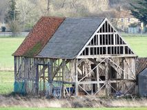 De Zwarte Schuur 16de Eeuw, Woodoaks-Landbouwbedrijf, Esdoornkruis stock afbeelding