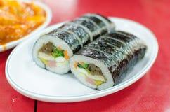 De zwarte seeweed rijstbroodje of Japanse sushi Stock Foto's